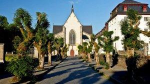Weg zur Abteikirche