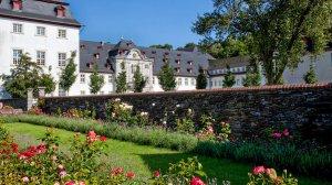 kleiner Rosengarten mit Abteigebäude