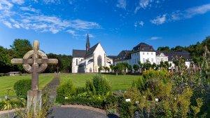 Blick vom Kräutergarten zur Abteikirche/Gebäude