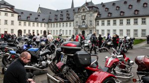 Motorradsegnung am Abteigebäude