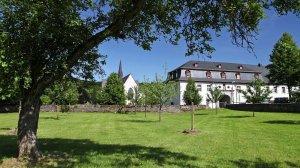 Apfelbaumwiese mit Torhaus und Abteikirche