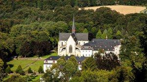 Blick von der schönen Aussicht zur Abtei Marienstatt
