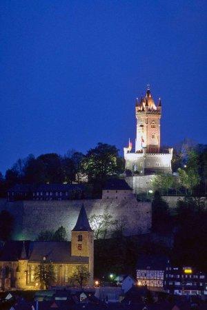 Abenddämmerung, Wilhelmsturm und Ev. Stadtkirche