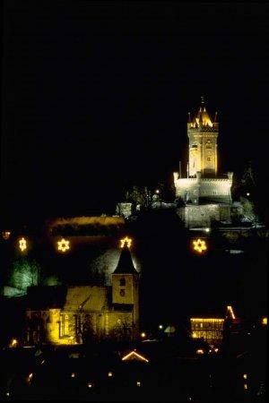 Bei Nacht Wilhelmsturm und Ev. Stadtkirche
